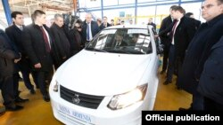 Armenia - Prime Minister Nikol Pashinian inspects a car assembled by an Armenian-Iranian joint venture in Vanadzor, December 22, 2018.