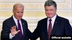 Петро Порошенко вітає Джо Байдена під час візиту американського віцепрезидента до Києва, січень 2017 року