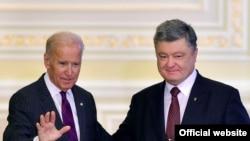 Президент Украины Петр Порошенко и вице-президент США Джо Байден на пресс-конференции в Киеве, 16 января 2017 года