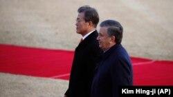 Ўзбекистон президенти Шавкат Мирзиёев Жанубий Корея президенти Мун Чже Ин билан, Сеул, 2017 йил 23 ноябри.