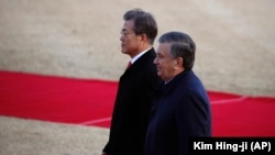 Ўзбекистон президенти Шавкат Мирзиёев Корея Республикаси президенти Мун Чже Ин билан, Сеул, 2017 йил 23 ноябри