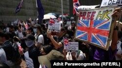 Хонг Конг- Демонстрантите застанаа и пред конзулатот на Велика Британија, таму вееја знамиња и ја пееја британската химна во обид да добијат меѓународна поддршка, 15.09.2019
