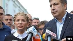 Екс-президент Грузії та колишній голова Одеської ОДА Міхеїл Саакашвілі (праворуч) разом із головою парламентської фракції «Батьківщина» Юлією Тимошенко (ліворуч) під час прес-конференції на території Польщі. Перемишль, 10 вересня 2017 року