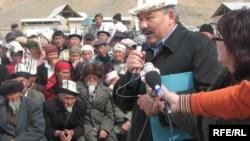 Революция комитетінің жетекшісі Әзімбек Бекназаров халықпен кездесіп тұр. Қырғызстан, 2008 жыл.