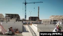 Будівництво апартаментів поряд із Солдатським пляжем у Севастополі, червень 2019 року