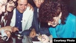 جنة عدنان تخط بكلتا يديها أمام خطاطين عرب في بيناله الفن_ بغداد عام 1988