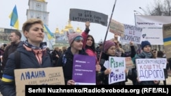 Учасники акції «Марш жінок» зібралися на Михайлівській площі і пройшли ходою до Поштової площі