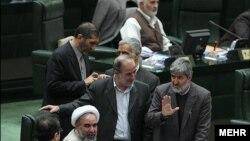 علی مطهری، نفر اول از راست، در مجلس شورای اسلامی.