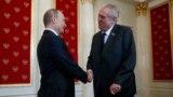 Встреча Владимира Путина и Милоша Земана, 9 мая 2015 года, Москва. Земан был одним из немногих европейских политиков, кто после аннексии Россией Крыма отправился на юбилейные празднования по случаю окончания Второй мировой войны