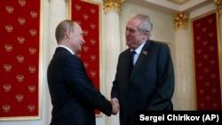 Президент Чехії Мілош Земан(п) і президент Росії Володимир Путін