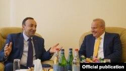 Председатель Конституционного суда Армении Грайр Товмасян (слева) и посол России в Армении Сергей Копыркин, Ереван, 19 июня 2019 г.