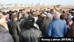 Жители села Шугыла Алматинской области выражают недовольство из-за земельных споров на встрече с представителями властей. 16 ноября 2014 года.