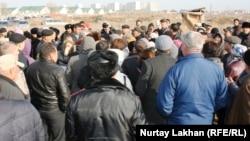 Собрание жителей микрорайона Шугыла на окраине Алматы. 16 ноября 2014 года.