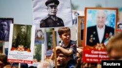 Участники шествия «Бессмертный полк» в день празднования 72-й годовщины победы во Второй мировой волне. Алматы, 9 мая 2017 года.