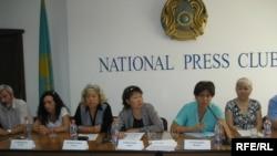 """Бывшие прихожане церкви """"Новая жизнь"""" и представители фонда """"Перспектива"""" на пресс-конференции. Алматы, 28 августа 2009 года."""