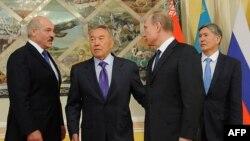 Президенты Александр Лукашенко, Нурсултан Назарбаев, Владимир Путин и Алмазбек Атамбаев на саммите Таможенного союза. Астана, 29 мая 2013 года.