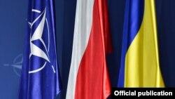 Drapele NATO, Poloniei și Ucrainei la summitul de la Varșovia