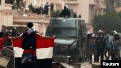 یکی از معترضان در برابر وزارت کشور مصر؛ قاهره سوم فوریه