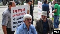 По информации прокуратуры, заявления об отказе от грузинского гражданства есть в делах представителей не только грузинской национальности, но и в делах лиц абхазской и армянской национальностей. Прокуратура выяснила, что их обязывали заявлять об отказе от грузинского гражданства
