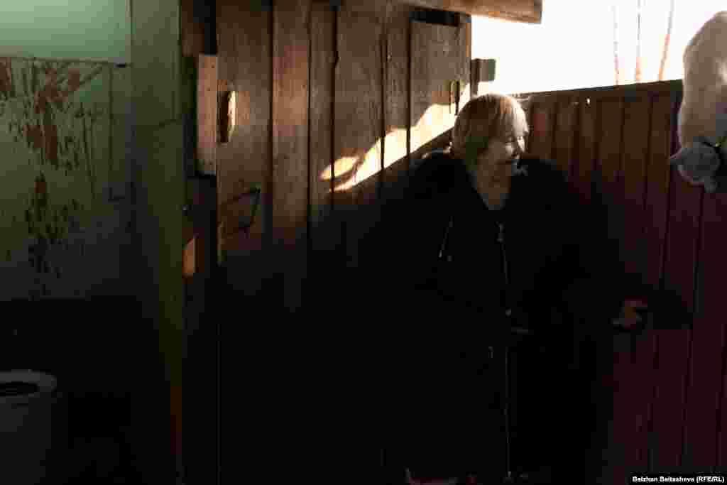 Многодетная мать Маргарита Фазлиева у калитки.Дом, в котором живет ее семья, выглядит, мягко говоря, очень скромно.