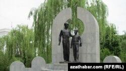 Сапармурат Ниязовдун бир туугандарына тургузулган эстелик, Ашгабад, 9-май, 2011.