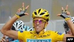 """""""Тур де Франс"""" жеңімпазы Альберто Контадор. Париж, 25 шілде 2010 жыл."""