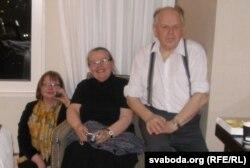 Паўліна Сурвіла, Івонка Сурвіла і Станіслаў Шушкевіч у часе нефармальнай сустрэчы. ЗША, 2008