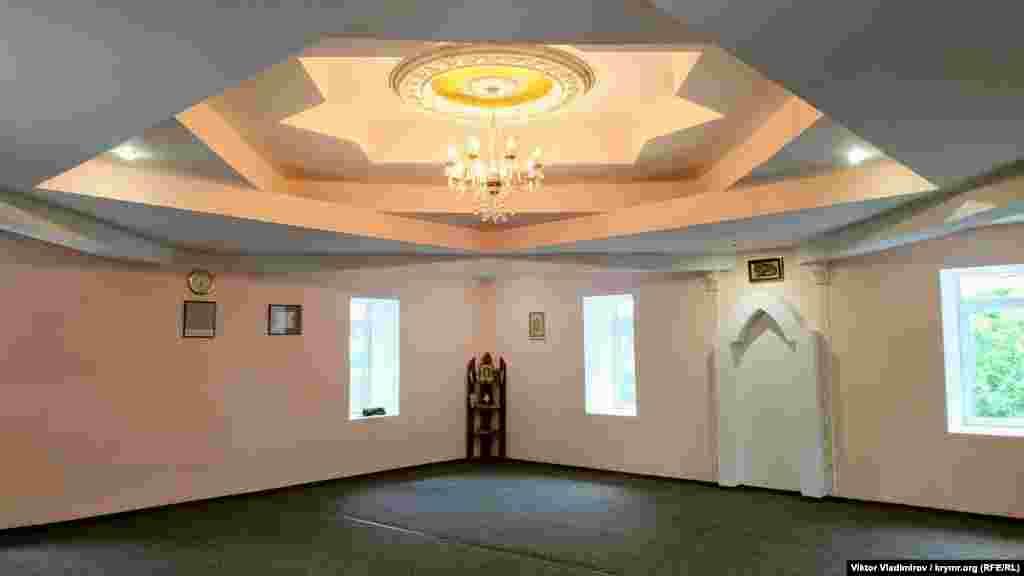 Кімната для здійснення намазу (молебню) розташовується на другому ярусі мечеті Джума-Джамі