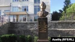 Карасубазар район хакимияте бинасы янында Суворов сыны