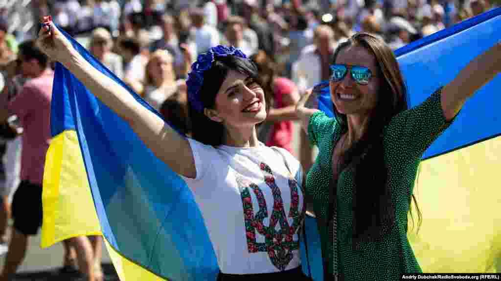 Многие из присутствующих были с национальной символикой, флагами и в вышиванках