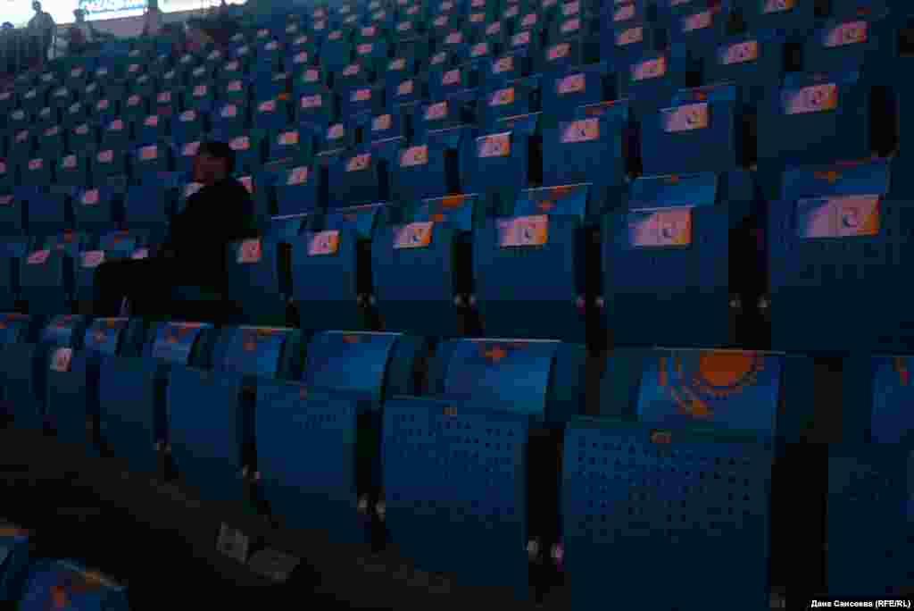 """Большинство сидячих мест зала """"Барыс-Арена"""" пустовало."""