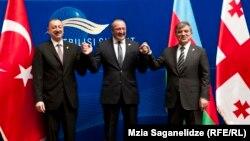 Приезд лидеров двух стран – своеобразное заявление о создании новой системы региональной безопасности. Инициатива «создания соединенных штатов Кавказа», в свое время озвученная президентом Азербайджана, начинает обретать реальные черты