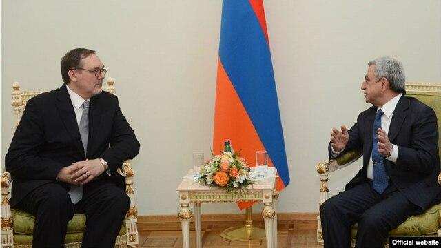 Armenia - President Serzh Sarkisian (R) meets Ivan Volinkin, the newly appointed ambassador of Russian Federation to Armenia, Yerevan, 25May 2013.