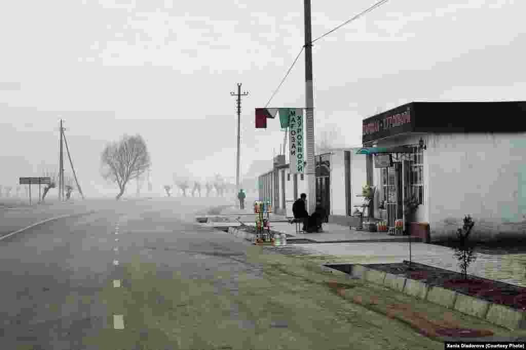 Мәскеуден Бартанга шатқалына дейінгі жол 15 сағат уақыт алады. Қыс мезгілінде жолсыз жермен жүре алатын жекеменшік көліктермен ғана жетуге болады. Көлік жүргізушісі әр жолаушыдан жүз доллардан жинайды. Мұнда бір литр бензиннің бағасы шамамен 35 рубль тұрады.
