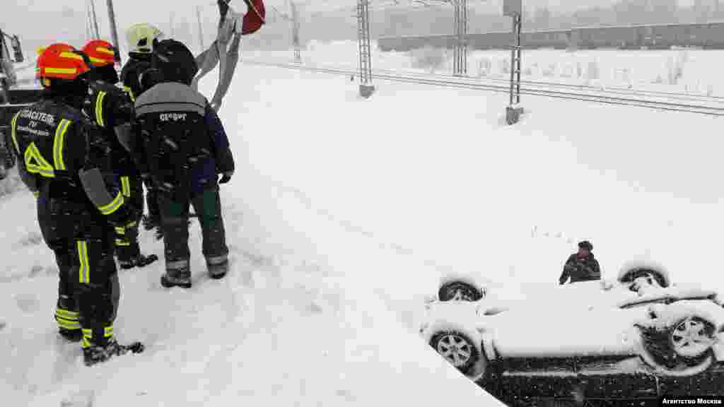 Работа аварийно-спасательных служб на месте падения автомобиля в кювет на северо-востоке Москвы.