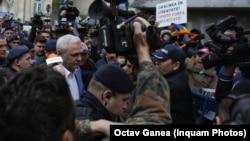 Liviu Dragnea a intrat cu greu pe poarta celei mai înalte instanțe a României. Susținătorii și contestatarii săi nu au putut fi ținuți în frâu de jandarmi