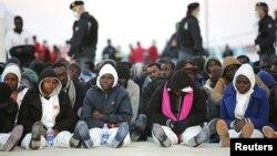 Италия. Мигранты у берегов Сицилии, 16 апреля 2015