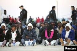 دریای مدیترانه از مهمترین مناطقیست که هزاران مهاجر غیرقانونی سوار بر قایقهای قاچاقچیان انسان، تلاش میکنند از طریق آن خود را به اروپا برسانند. (در تصویر: گروهی از مهاجران مسلمان آفریقایی که چند روز پیش از رخداد روز شبنه، در جدالی لفظی با مهاجران مسیحی، آنها را به دریا انداختند)