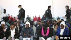 Спасенные мигранты с судна, затонувшего в Сицилийском проливе, 16 апреля 2015 года