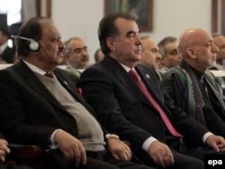 Ауғанстан президенті Хамид Карзай (оң жақта) мен Тәжікстан президенті Эмомали Рахмон (ортада) Наурыз мерекелік шарасында. Кабул. 27 наурыз 2014 жыл.