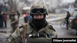 Украинский военнослужащий в зоне конфликта в Донбассе