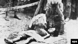 Një grua armene qan djalin e vdekur, 1915.