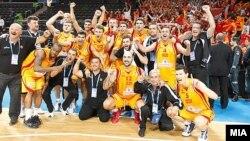 Македонската рпрезентација по победата над Литванија во четвртфиналето на ЕП во кошарка во Литванија.