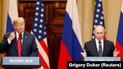 Дональд Трамп (л) и Владимир Путин в Хельсинки, 16 июля 2018 года