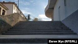 Лестница к площади Корабела Бутомы