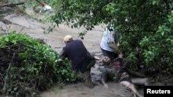 Njerëzit përpiqen ta ndihmojnë në person të rrezikuar nga vërshimet në Bullgari