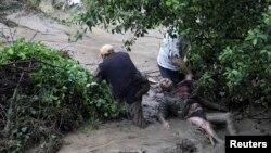 Чоловіки намагаються допомогти постраждалому внаслідок повені у Варні, 19 червня 2014 року