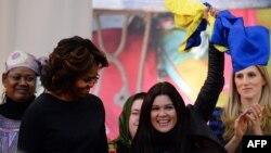 АҚШ президенті Барак Обаманың әйелі Мишель Обама (сол жақта) украиналық әнші, белсенді Руслана Лыжичконы марапаттау кезінде. Вашингтон, 4 наурыз 2014 жыл.