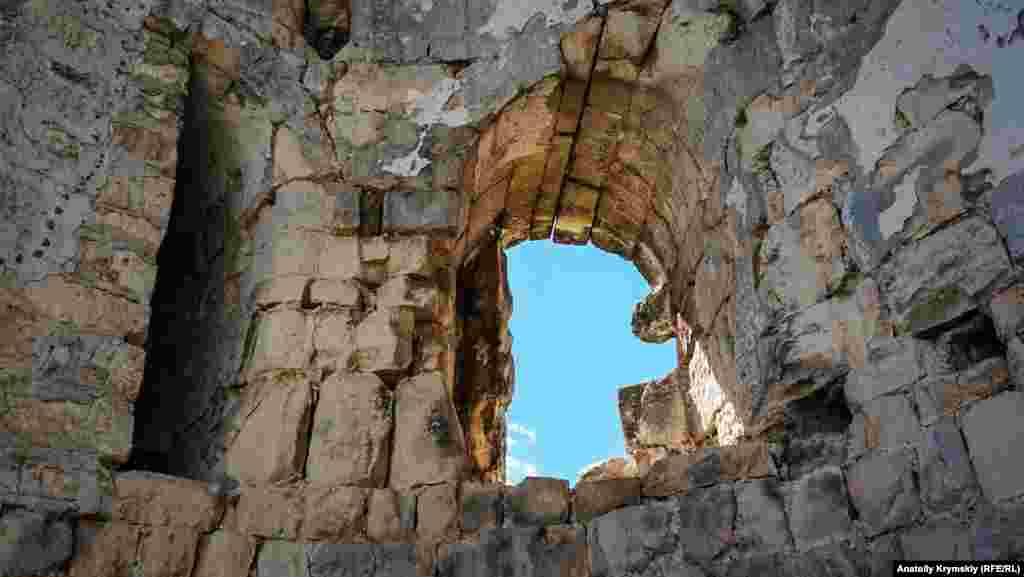 Стіни Сюйреньської фортеці товсті – 2,5 метра. Інформація про загальну довжину стін різниться від джерела до джерела – від 92 до 110 метрів. Висота – майже 5 метрів.  Найтовстіші кам'яні стіни фортеці тягнуться від східного до західного обриву і змикаються під тупим кутом, перетинаючи мис впоперек. З інших сторін Куле-Бурун був надійно захищений багатометровими стрімкими урвищами