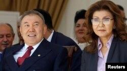 Nursultan Nazarbaev (solda) və qızı Darigha